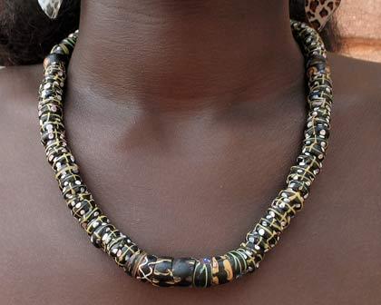 Collier de perles anciennes noires décorées