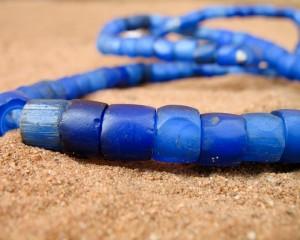 Perles anciennes en verre bleu azur
