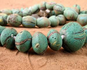 Perles vertes décorées, Akosu