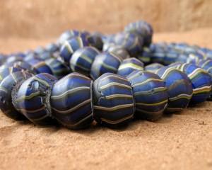 Perles anciennes bleues rayées