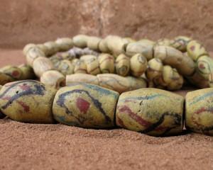 Perles jaunes décorées, Akɔsu