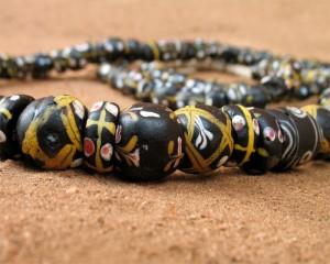 Perles anciennes noires décorées
