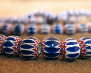 Perles anciennes à chevrons bleus et rouges