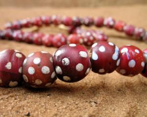 Perles anciennes rouges à pois blancs