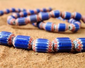 Petites perles anciennes cylindriques à chevrons