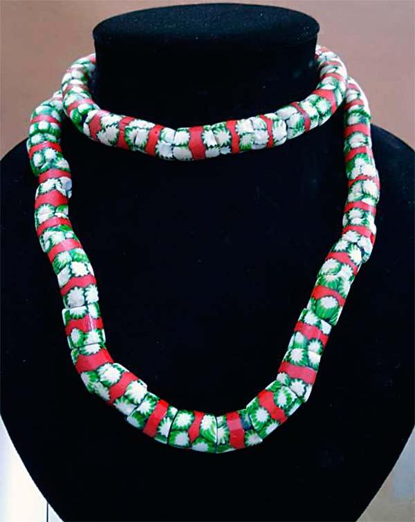 Collier de perles millefiori vertes, blanches et rouges