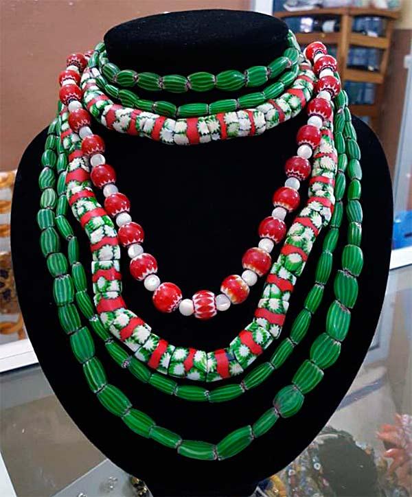Du vert en verre ! Colliers de perles anciennes