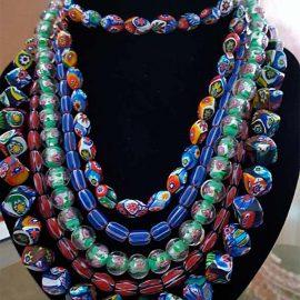 Cinq colliers de perles rares
